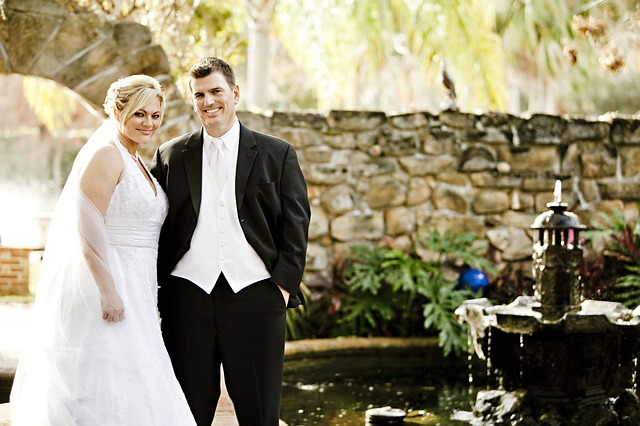 novomanželé u fontány