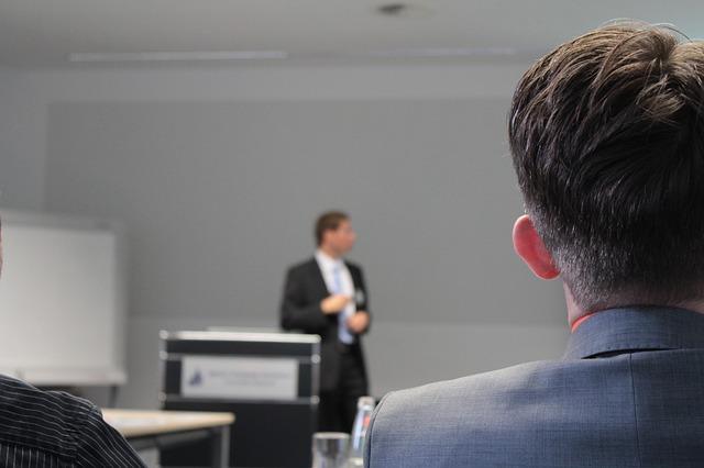 muž na přednášce