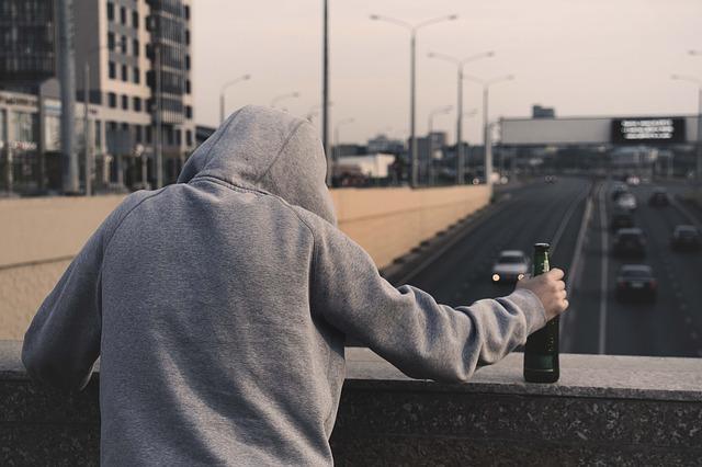 opilec na mostě